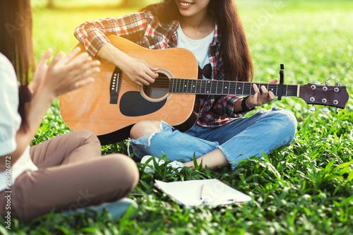 Group of friends playing guitar and singing merrily enjoyed the outdoors Tapéta, Fotótapéta