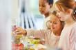 canvas print picture - Kinder holen Essen am Büffet der Cafeteria