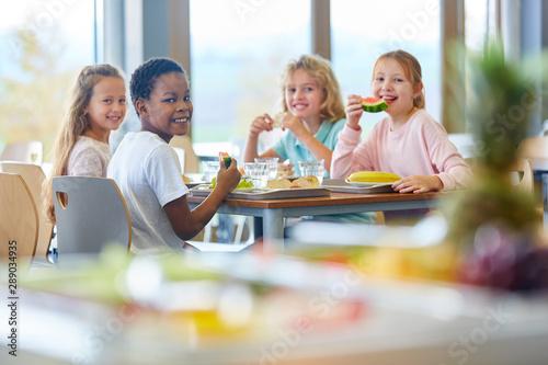 Gruppe Kinder als Freunde beim Mittagessen - 289034935