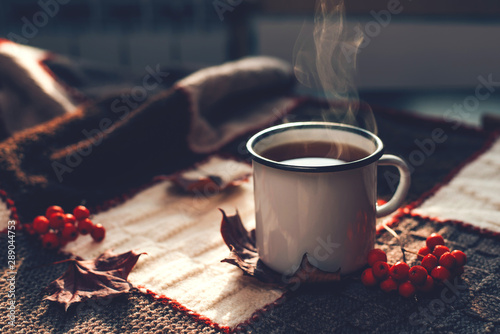 Photo sur Aluminium Cafe Autumn hot steaming cup of coffee or tea.