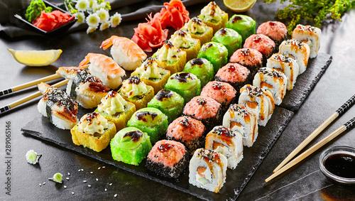 pyszne-azjatyckie-jedzenie-bulka-sushi-i