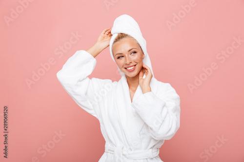 Fotografia  Arttractive young woman wearing bathrobe and towel