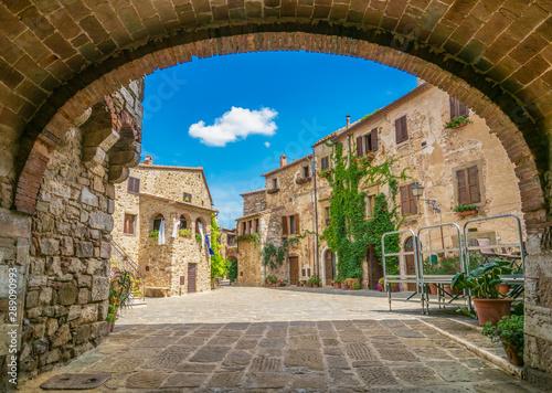 Montemerano (Włochy) - niesamowite historyczne centrum średniowiecznego i renesansowego miasta z kamienia w regionie Toskanii, na wzgórzu; Prowincja Grosseto.