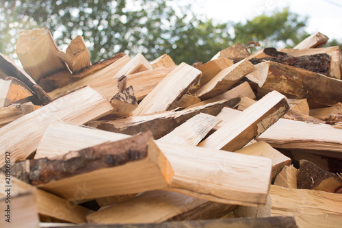 Photo sur Aluminium Texture de bois de chauffage Birch wood split into pieces for fireplace and home heating