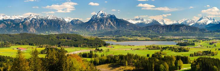 Panorama Landschaft in Bayern mit Hopfensee im Allgäu und der Bergkette der Alpen mit Berg Säuling vor Füssen