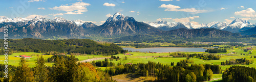 Foto auf Gartenposter Alpen Panorama Landschaft in Bayern mit Hopfensee im Allgäu und der Bergkette der Alpen mit Berg Säuling vor Füssen