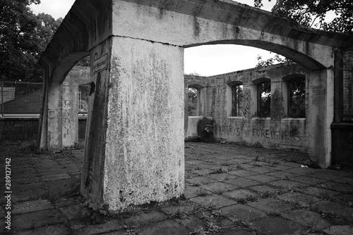 Türaufkleber Darknightsky Ruin building