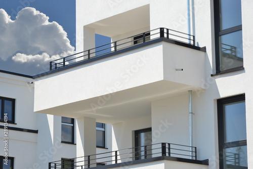 Moderne Betonbalkone mit beschichtetem Metall-Geländer an Neubau-Mehrfamilien-Ha Canvas Print