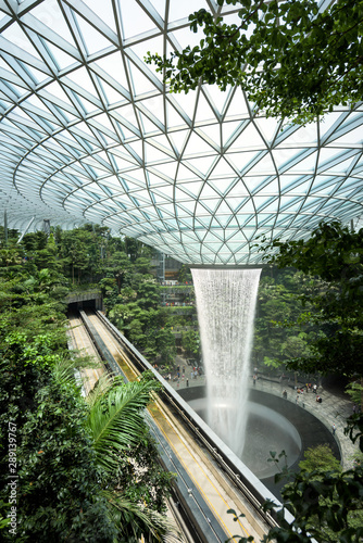 Cuadros en Lienzo The Jewel terminal at Changi Airport, with the rain vortex indoor waterfall, Sin