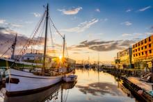 Fischereihafen In Bremerhaven In Der Abendsonne Zur Goldenen Stunde