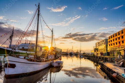 Poster La Mer du Nord Fischereihafen in Bremerhaven in der Abendsonne zur goldenen Stunde