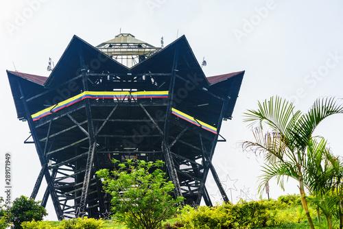 Photo sur Aluminium Amérique du Sud View on tower Colina Iluminada next to colonial village of Filandia, Colombia
