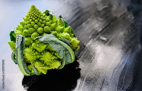 Photo Amazing fresh green Romanesco broccoli or Roman cauliflower on wet dark background