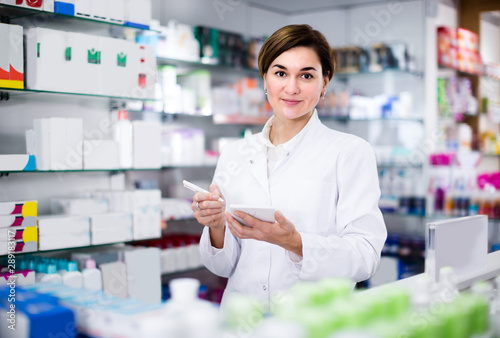 Papiers peints Pharmacie Woman is writing down assortment of drugs