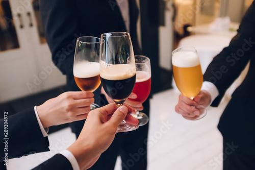 4種のビールで乾杯 Wallpaper Mural