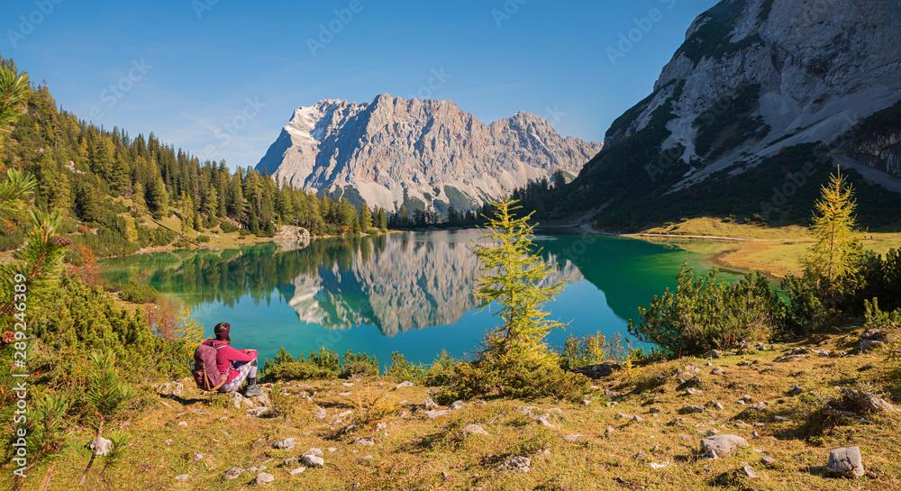 Fototapety, obrazy: Junge Frau mit Rucksack bewundert das Zugspitz Panorama mit der Spiegelung im Seebensee