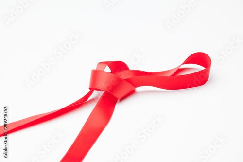 Photo Cinta roja sobre fondo blanco para hacer lazos y decorar los regalos de navidad, regalos de anniversario, regalos en general