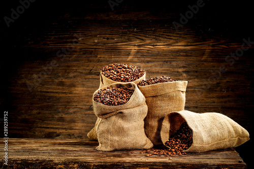 Keuken foto achterwand koffiebar Fresh coffee in sack and wooden wall background