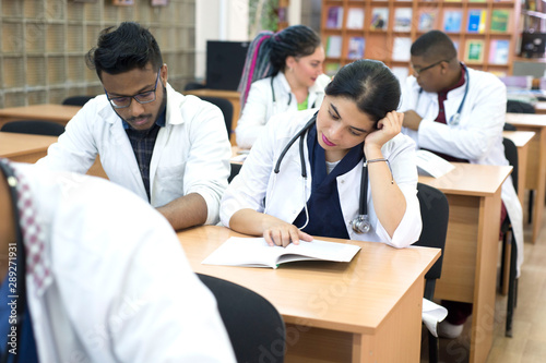 Photo  a group of young multiethnic races, medical students