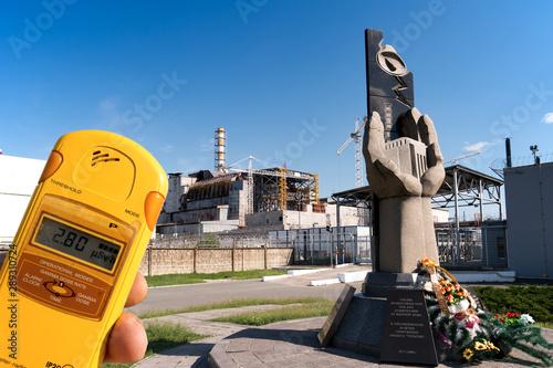 Monumento ai liquidatore difronte al reattore n. 4 di Chernobyl Canvas Print