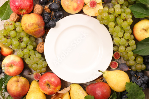 Foto  grapes with apples, walnut, fig and pear- emplty plate