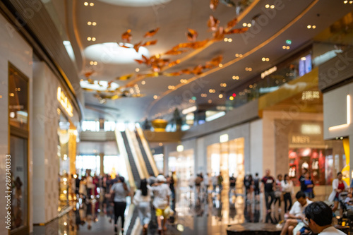 Cuadros en Lienzo  Abstract blurred people in shopping mall