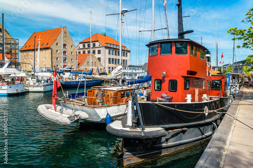 Türaufkleber Schiff Christianshavn channel with colorful buildings and boats in Copenhagen, Denmark