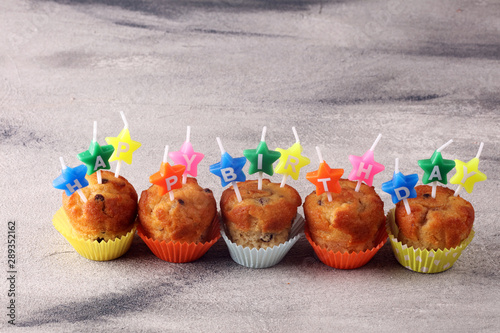Photo  Chocolate muffin and nut muffin with happy birthday candle, homemade bakery on t