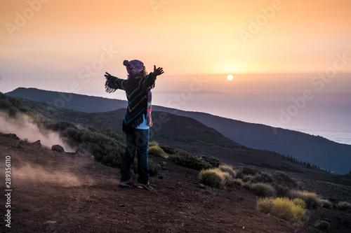 ludzie cieszący się otwartą przyrodą w górach podczas zachodu słońca -aktywna kobieta w wolnym czasie z otwartymi ramionami - wolność i alternatywny styl życia koncepcja podróży