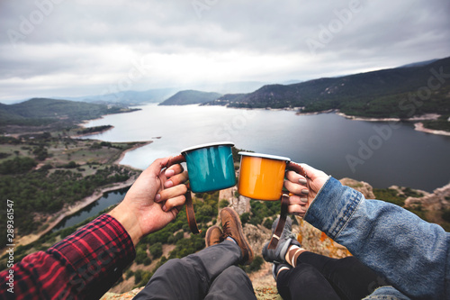 Fototapeta coffee in mugs on the mountain obraz