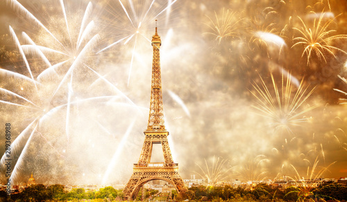 Poster Eiffeltoren celebrating the New Year in Paris Eiffel tower with fireworks
