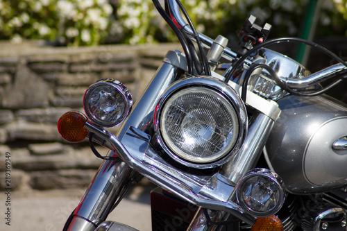 Motorrad mit verchromter Ansicht Scheinwerfer Lenker