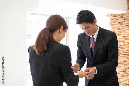 Fotografie, Obraz  名刺交換をするビジネスマン