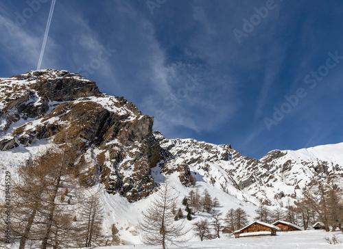 Photo Remote alpine farms in winter