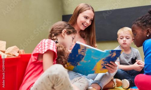 Leinwand Poster Erzieherin liest aus einem spannenden Buch