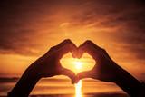 Hand als Herzform bei sonnenuntergang - 289463525