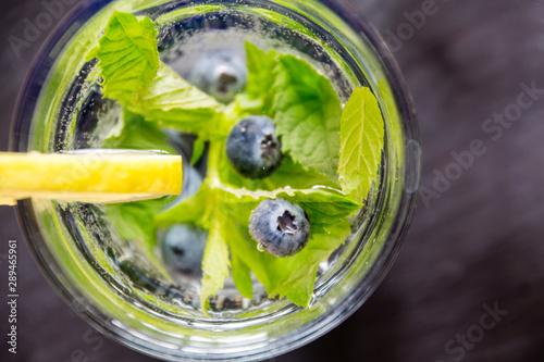 Valokuva  Mineralwasser mit Beeren und Minze