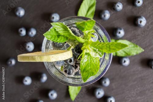 Mineralwasser mit Beeren und Minze Canvas-taulu