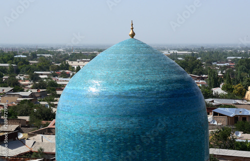 Fotografia  Ancient blue turquoise dome of madrasah Tilya Kori against a summer panoramic vi