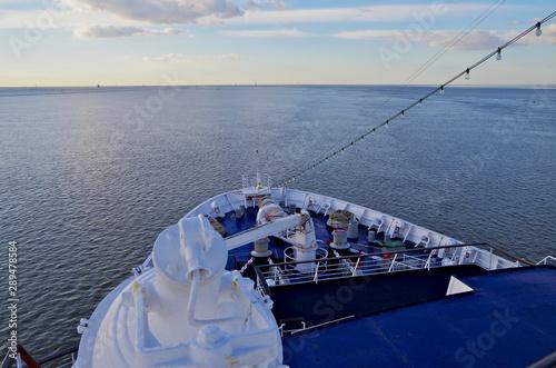 Valokuvatapetti Bug und Lichterkette von Kreuzfahrtschiff mit Blick zum Horizont auf Meer mit Hi