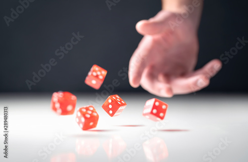 Photographie Hand throwing and rolling dice
