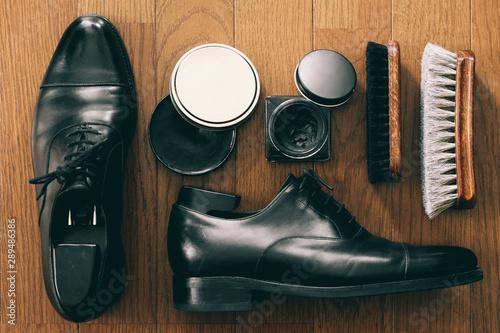 Fotografía 革靴磨きの道具と紳士靴