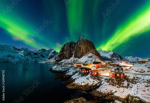 Foto auf Gartenposter Nordlicht Aurora borealis over Hamnoy in Norway