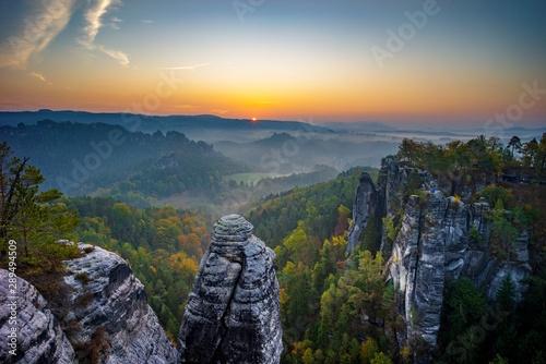 Fotomural  Sonnenaufgang auf der Bastei in der Sächsischen Schweiz