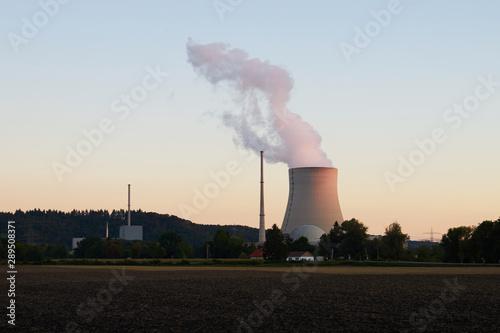 Photo Das Kernkraftwerk Isar (Abkürzung KKI), auch Kernkraftwerk Isar/Ohu liegt in Niederbayern, 14 Kilometer flussabwärts von Landshut,[3] auf dem Gebiet des Marktes Essenbach