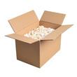 Offener Karton mit Verpackungsmaterial isometrisch isoliert auf weißem Hintergrund