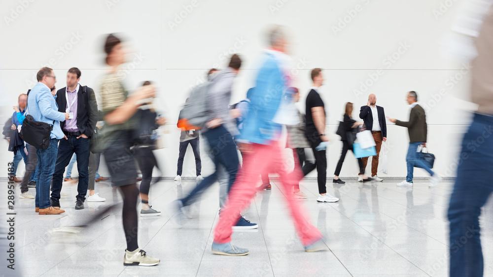 Leinwandbild Motiv - Robert Kneschke : Viele anonyme Menschen gehen in Einkaufszentrum