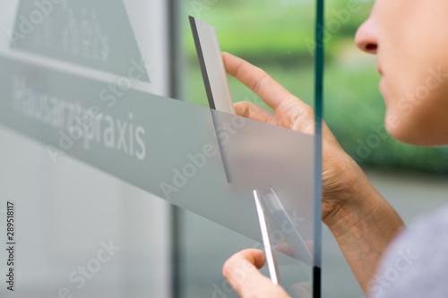Obraz Fensterbeschriftung mit Milchglasfolie / Werbetechnik - fototapety do salonu