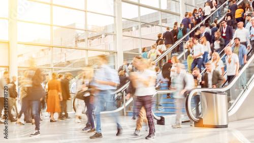 Fotobehang Europa Viele anonyme Menschen in vollem Einkaufszentrum