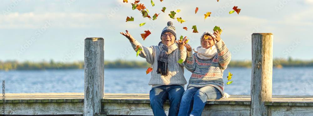 Fototapeta aktive lebensfrohe Senioren im Herbst